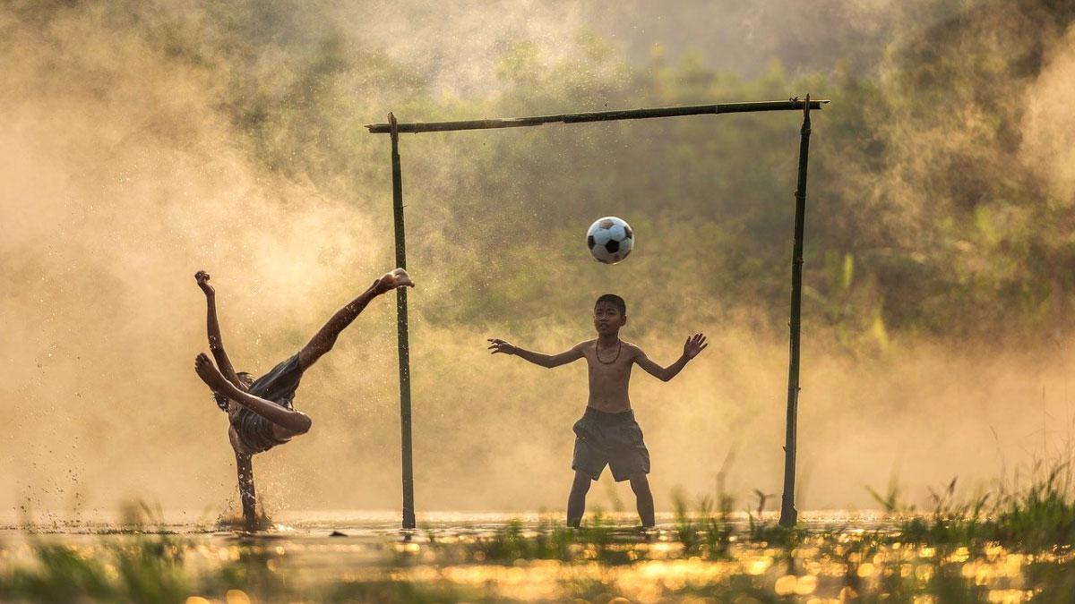 bambini poveri giocano a calcio