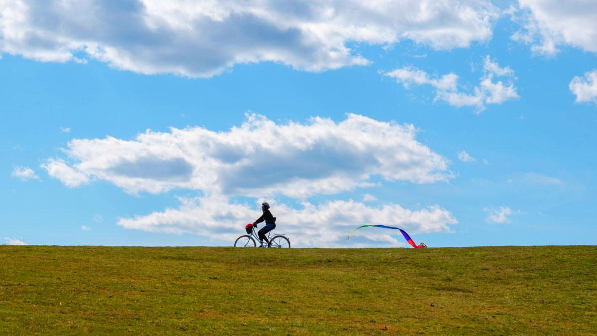 bicicletta con cielo azzurro