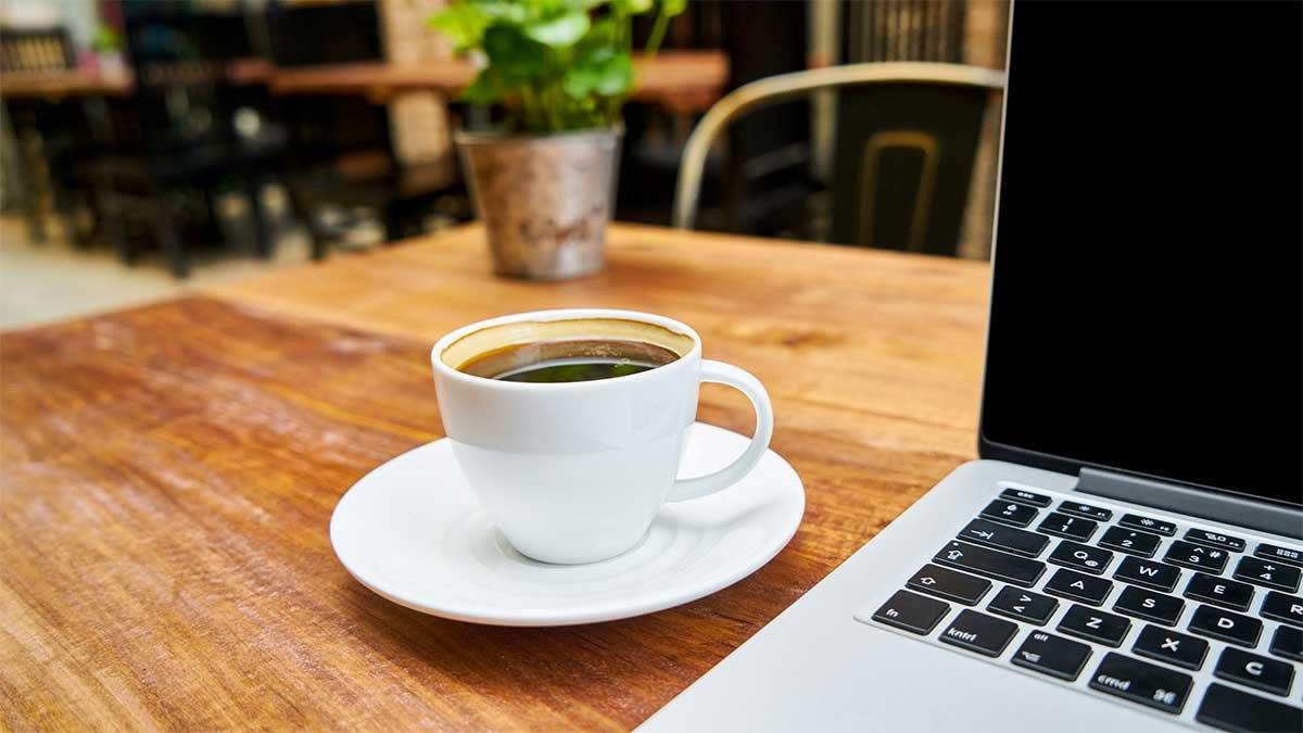 caffè sulla scrivania vicino al computer