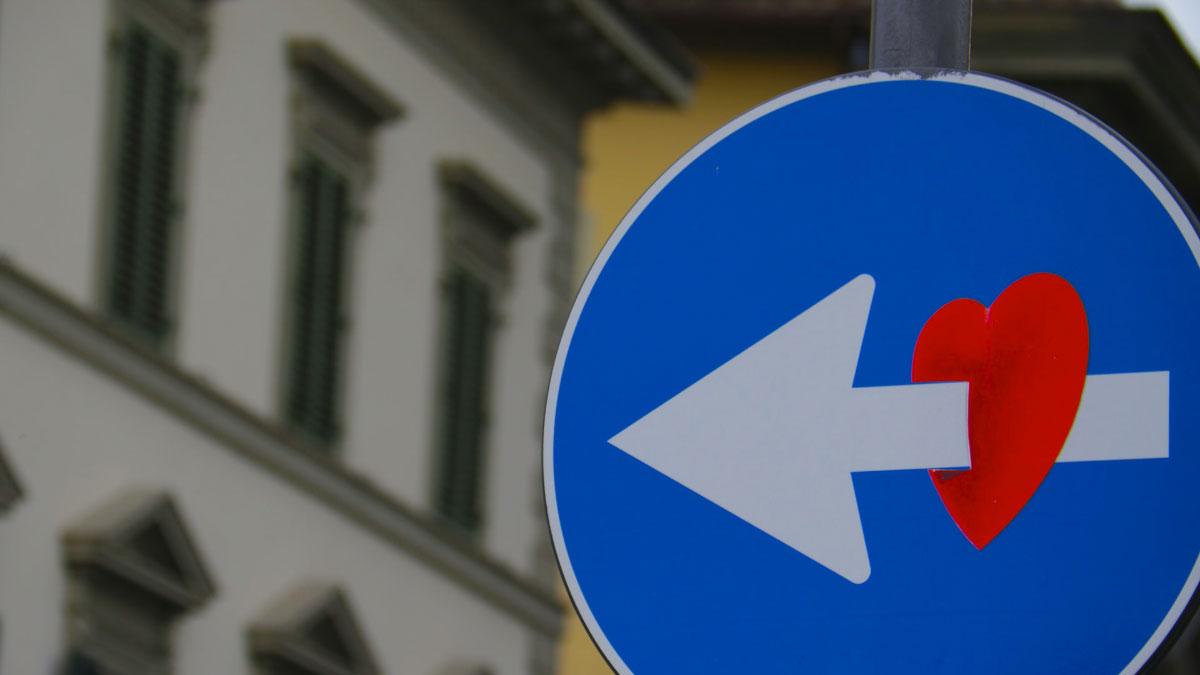 cartello stradale con il cuore