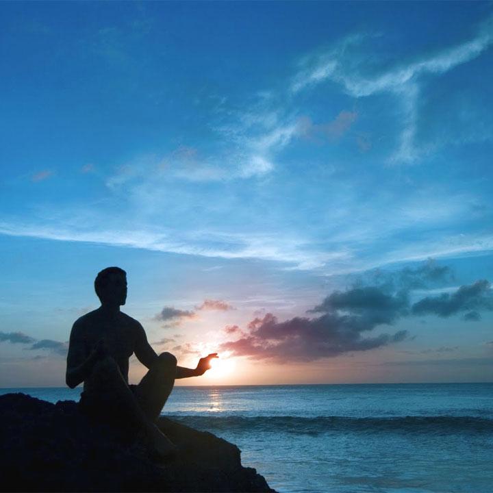 persona che medita con consapevolezza
