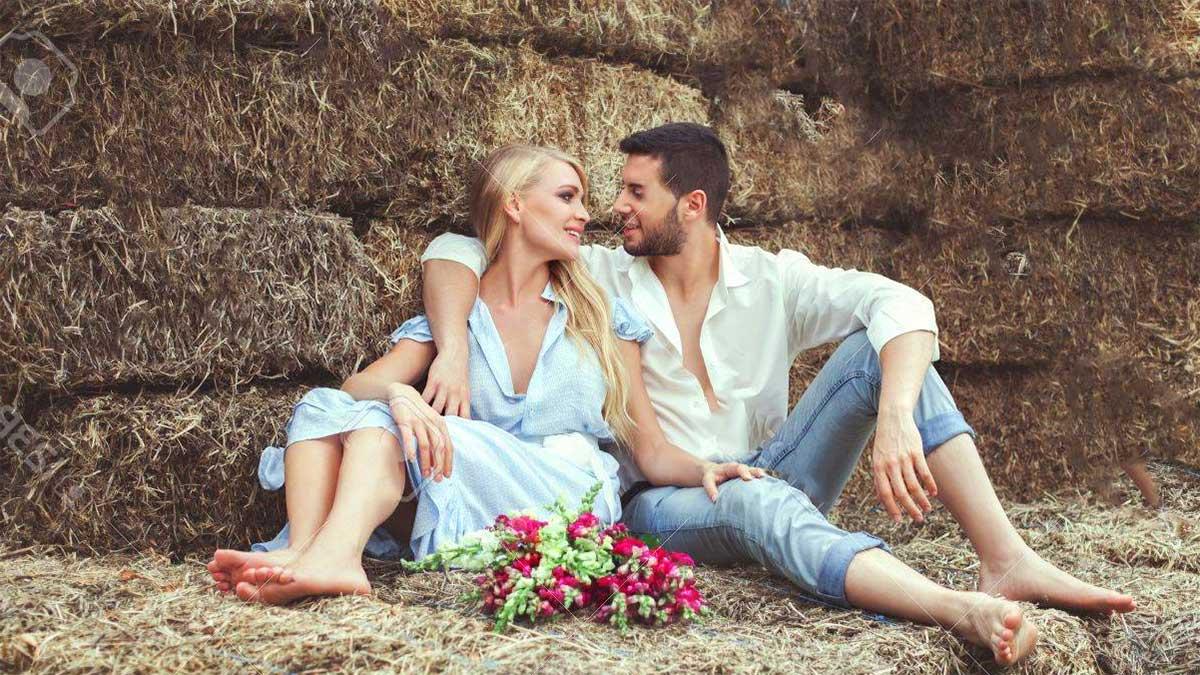 coppia innamorata nel fienile