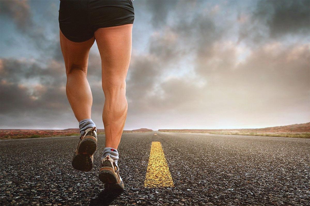 correre in strada deserta
