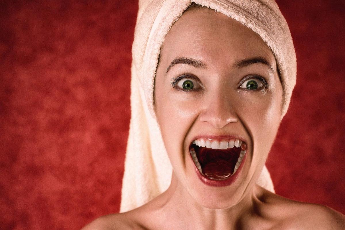 donna emozionata