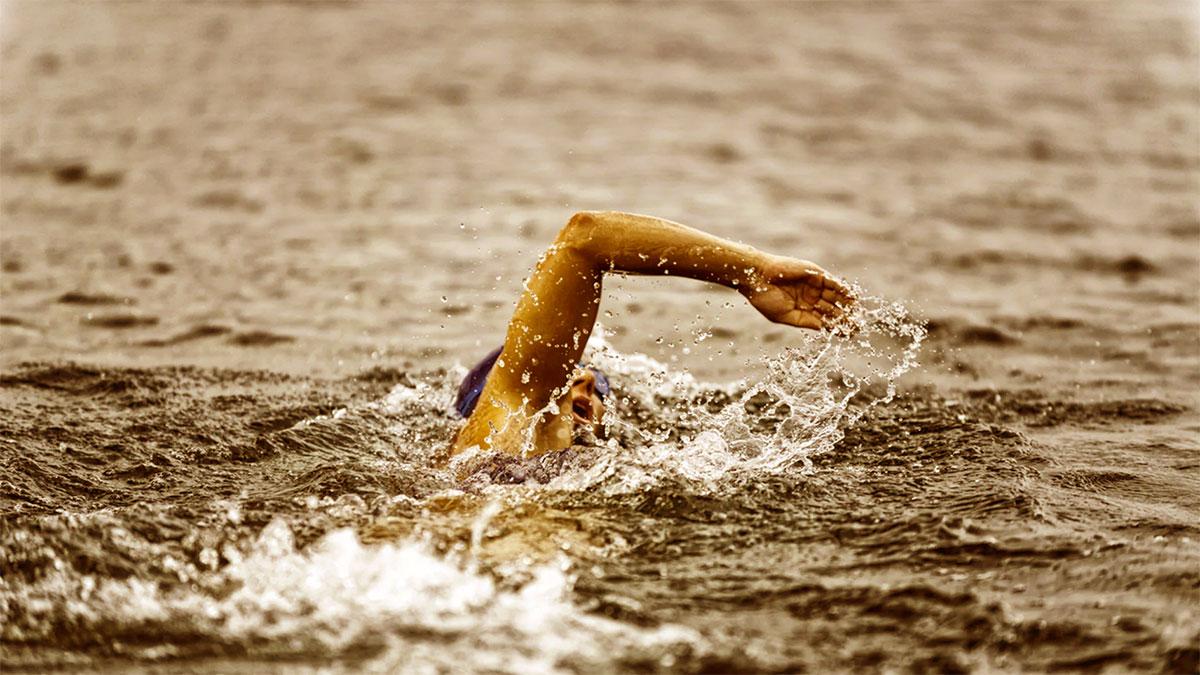 donna che nuota in mare