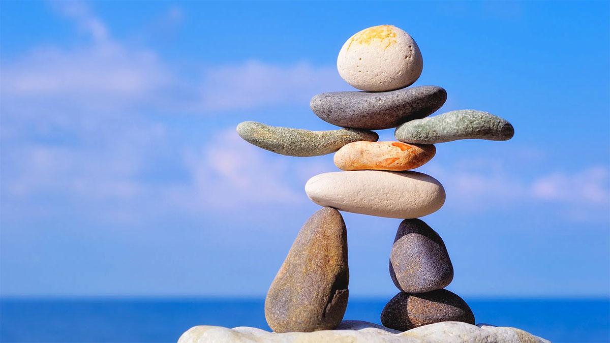 equilibrio omino fatto con sassi