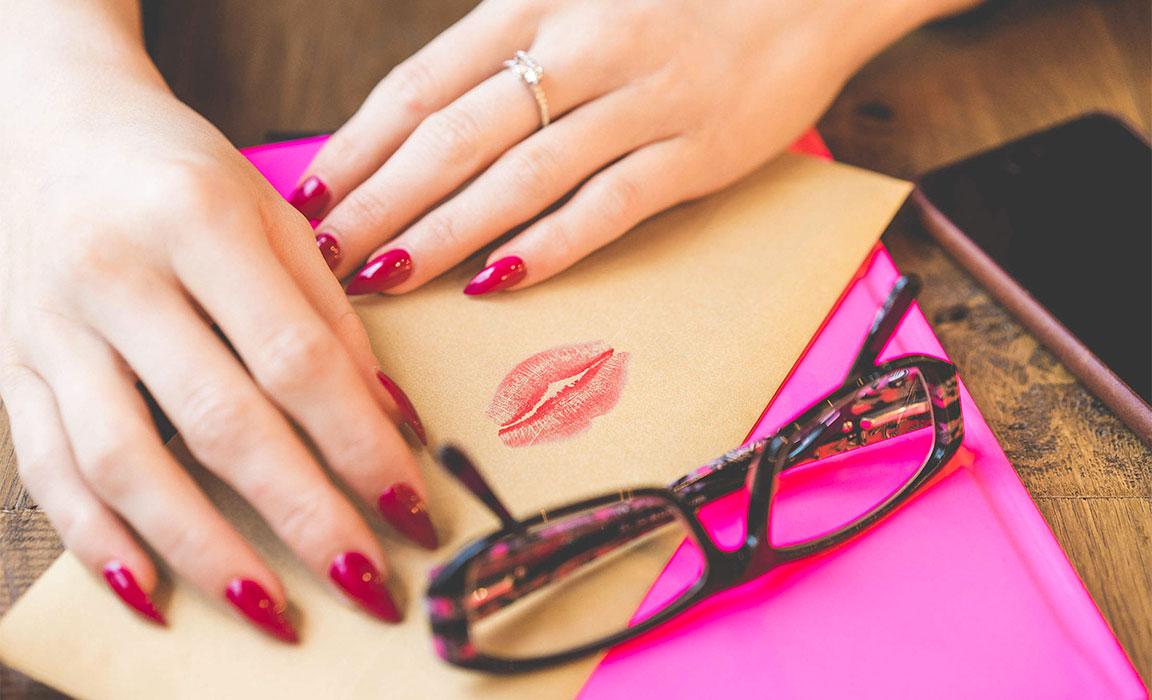 mani bacio rossetto