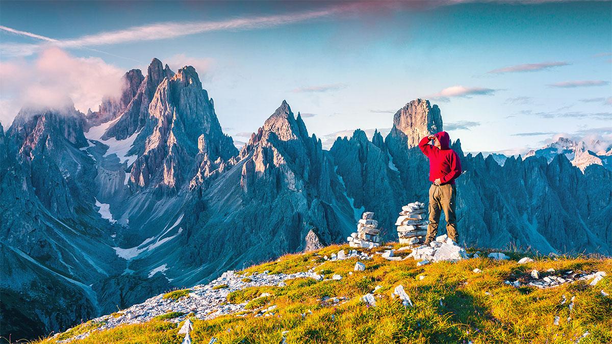 uomo in cima alla montagna