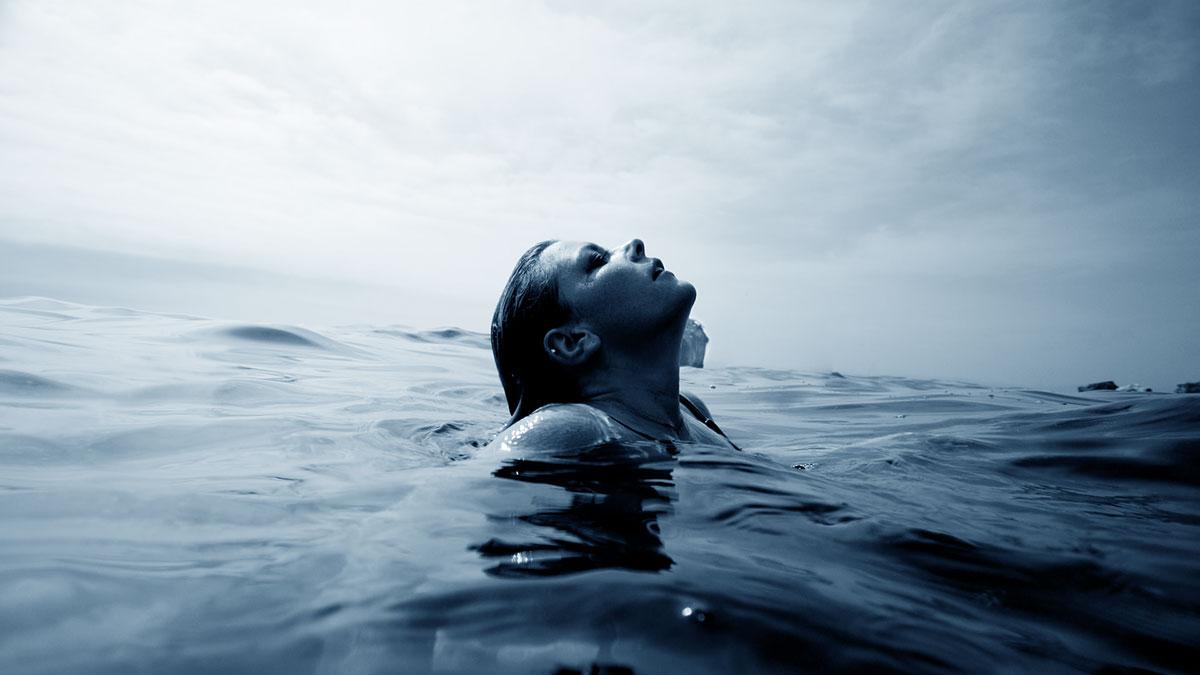 ragazza emerge dall'acqua