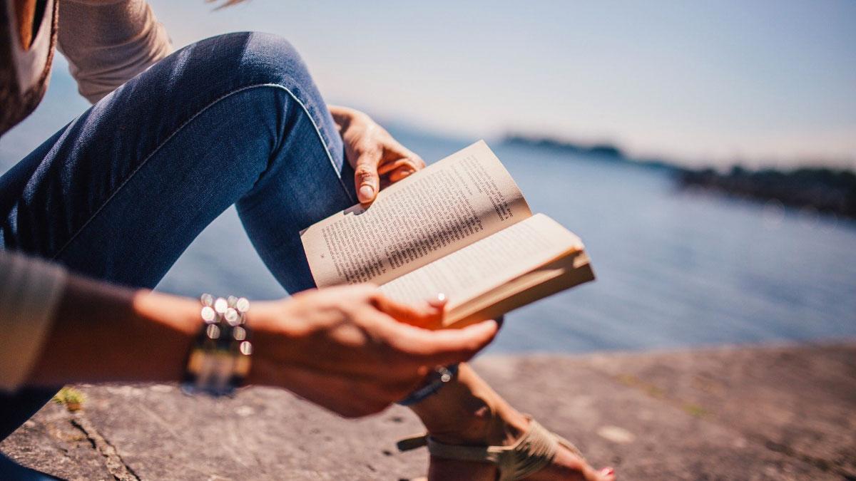 ragazza legge romanzo