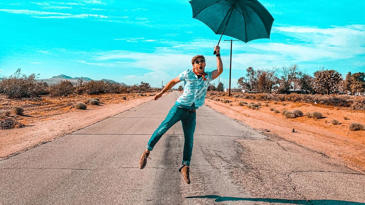 ragazzo con ombrello che vola via