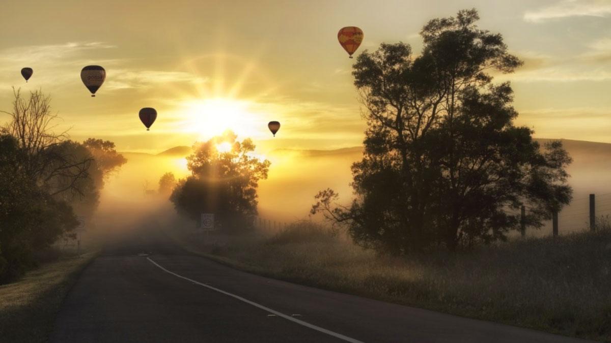 strada con mongolfiere all'orizzonte