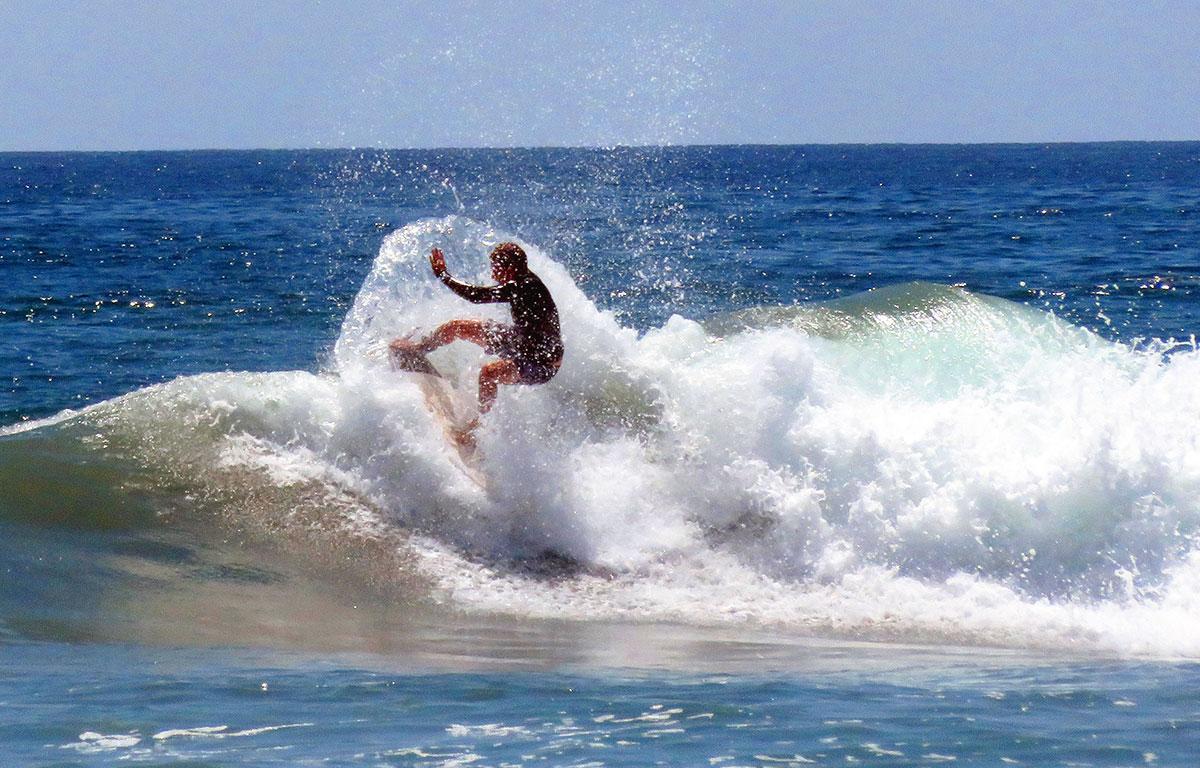 surf cavalcare le onde del mare